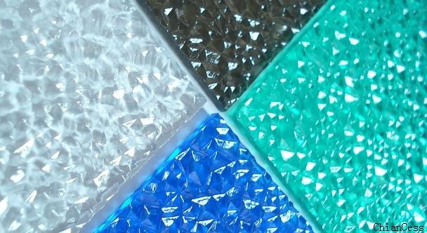 pc颗粒耐力板的性能:表面上的各种纹路在增强遮蔽性的同时,可反射强光对板材的直接照射,分散反射光线,使光线柔和,减少了光污染;造型优美亮丽,表面耐刮花,适合各种设计;特殊表面颗粒板的抗击性能比钻石型颗粒更强。