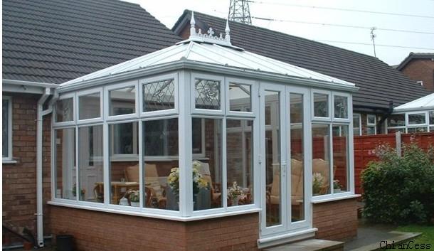 采用透明色陽光板搭建的屋頂陽光房展示圖
